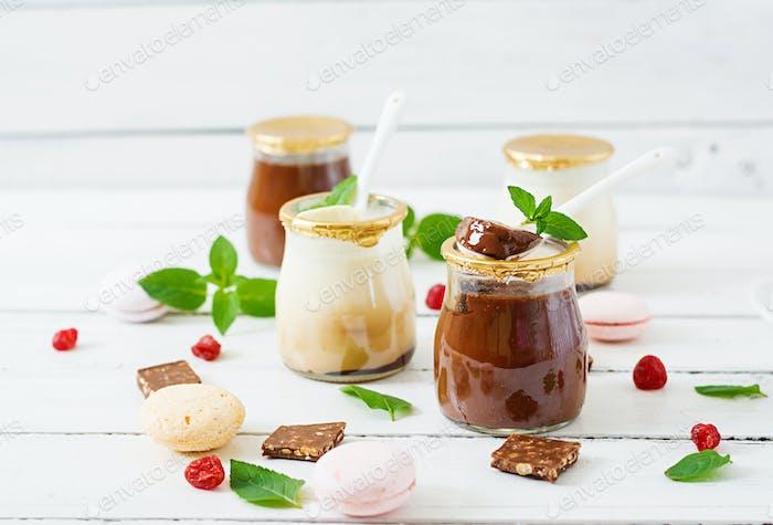 Schokolade und Vanille Panna Cotta (Dessert)
