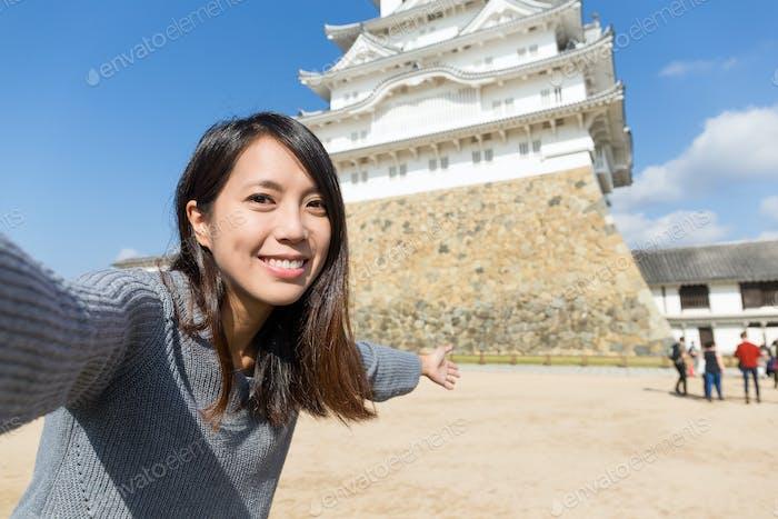 Frau fotografiert in Himeji Castle