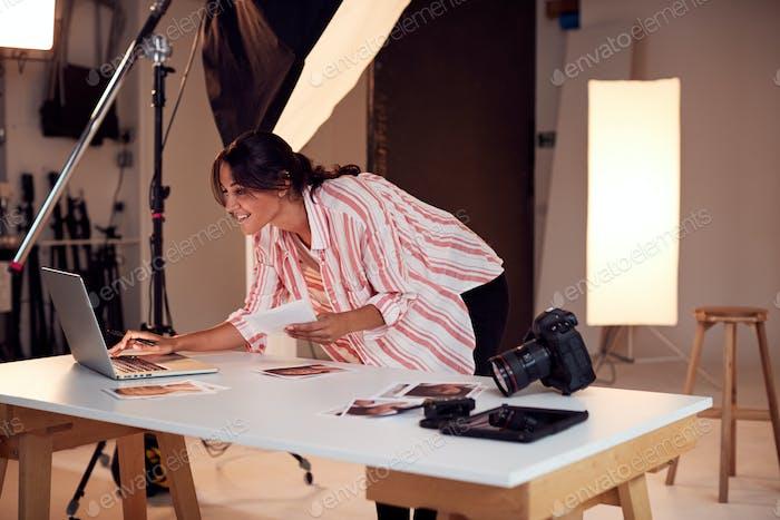 Fotógrafo Mujer edición imágenes de sesión de fotos en Estudio