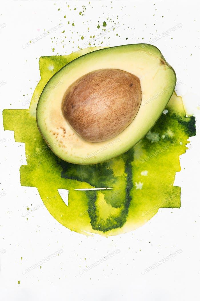 Hälfte der Avocado mit Aquarellflecken isoliert auf weiß