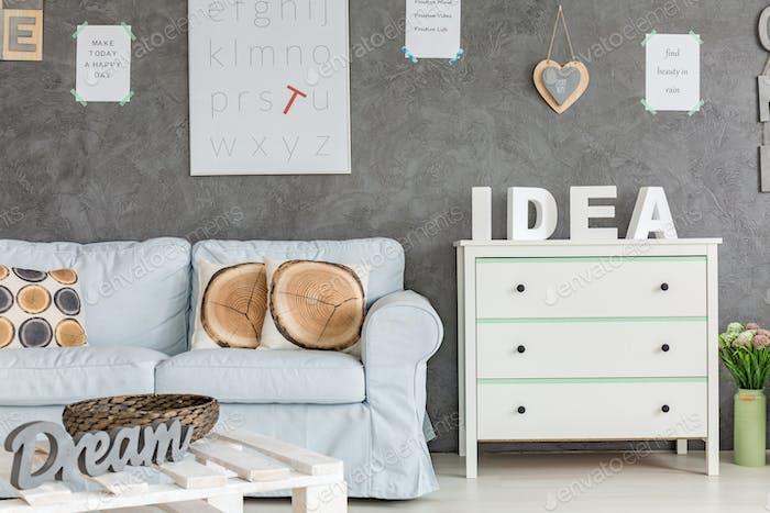 Interieur mit Sofa und Kommode
