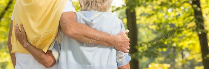 Seniorenpaar umarmen einander