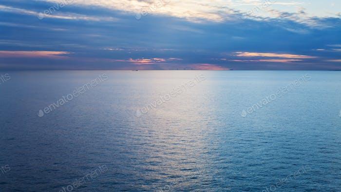 lever de soleil rose sur la mer Baltique bleu calme en automne