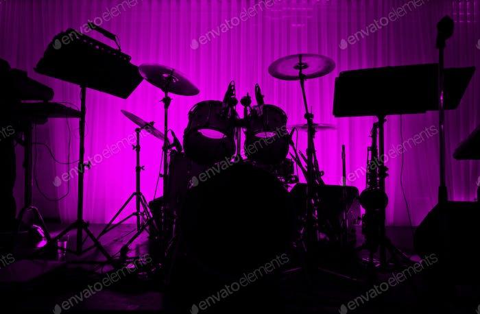 Trommel in Silhouette ohne Musiker.