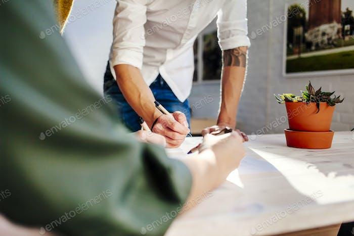 Abgeschnittene Bild von Geschäftsleuten Vorbereitung Projekt im Kreativbüro