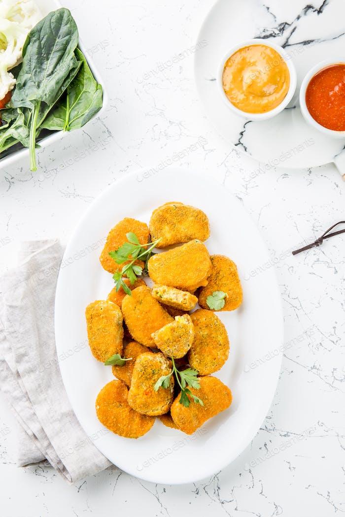 Gesunde vegetarische Nuggets mit Karotten, Blumenkohl und Spinat