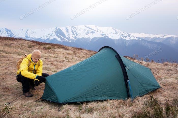 Grünes Zelt in den Frühlingsbergen