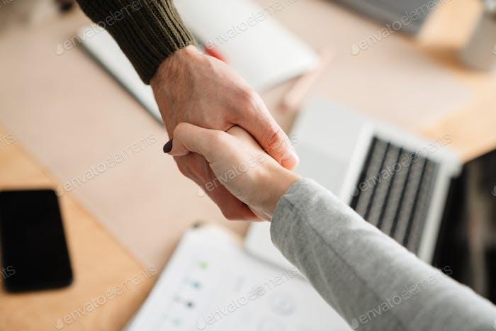Nahaufnahme eines Handshakes von Kollegen