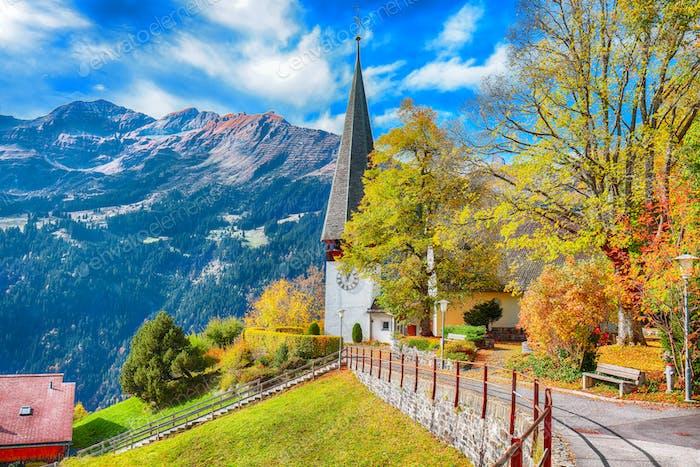 Tolle Herbstansicht des malerischen Alpendorfes Wengen.