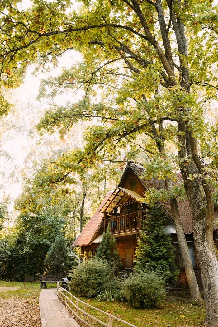 Casa de turismo para descansar. Casa de madera en el bosque en el día de otoño