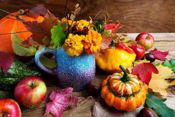 Rustikaler Herbsttisch Mittelstück mit Kürbissen und Blättern, in der Nähe von