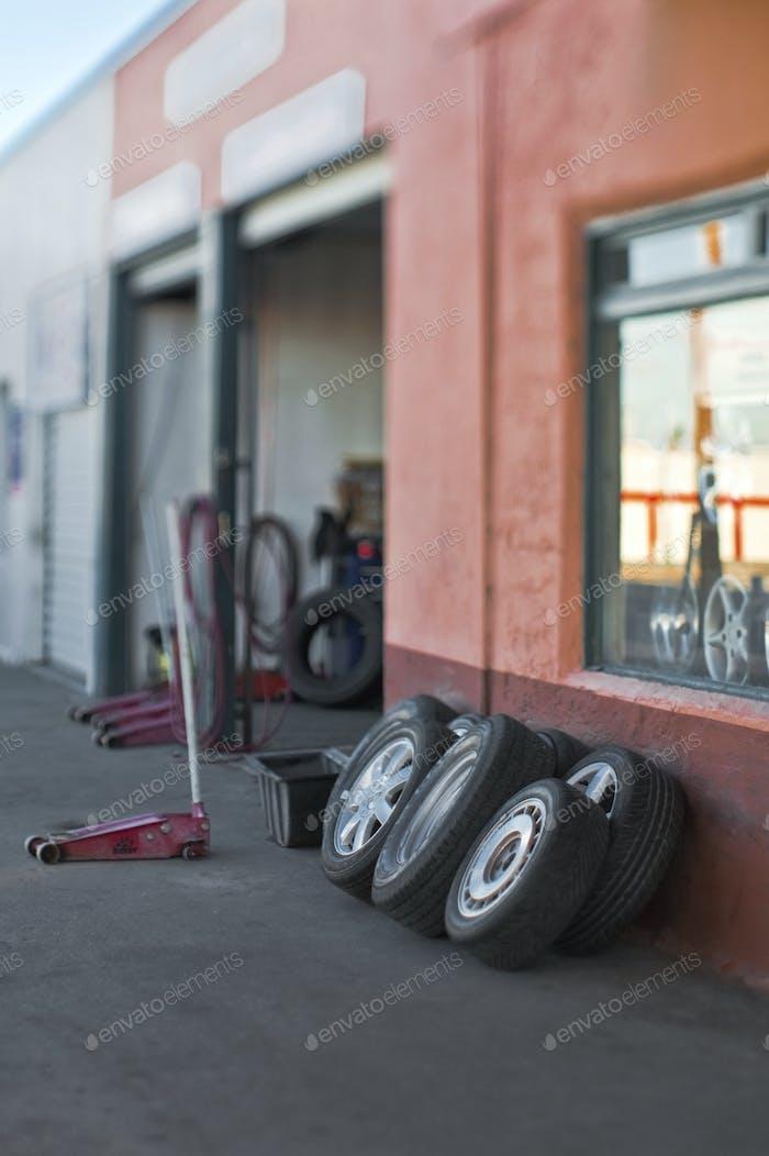 Reifen stützen sich auf eine Autowerkstatt.