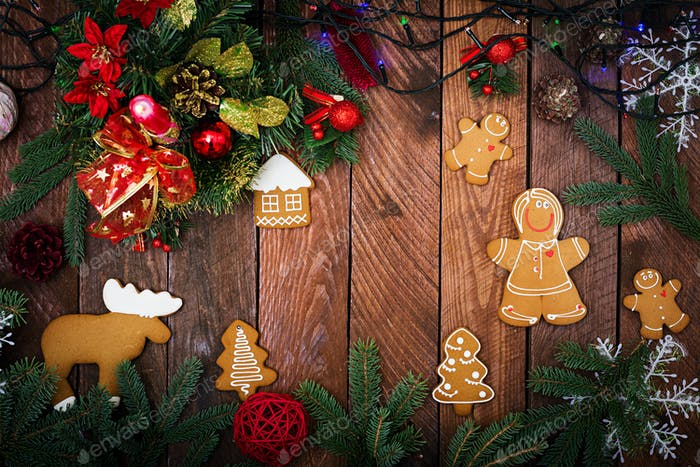 Weihnachtsplätzchen und Lametta auf dunklem Holzhintergrund. Draufsicht. Flache Lag