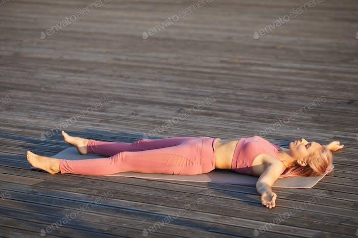 Frau ruht nach dem Training