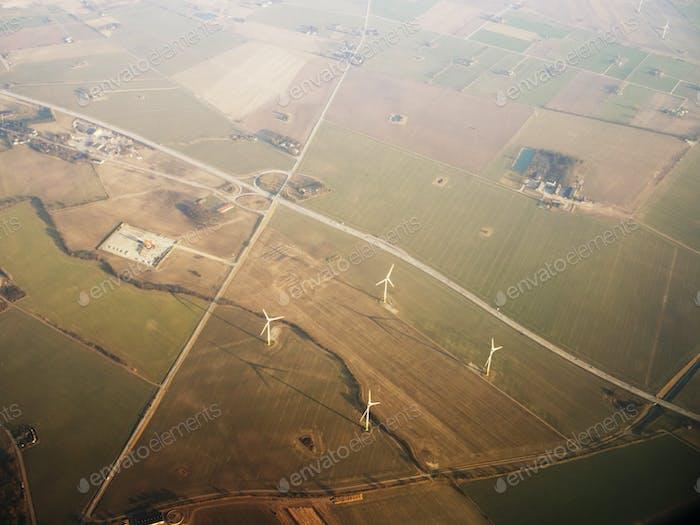 Luftaufnahme der Windkraftanlage auf terrassenförmig angelegtem Feld