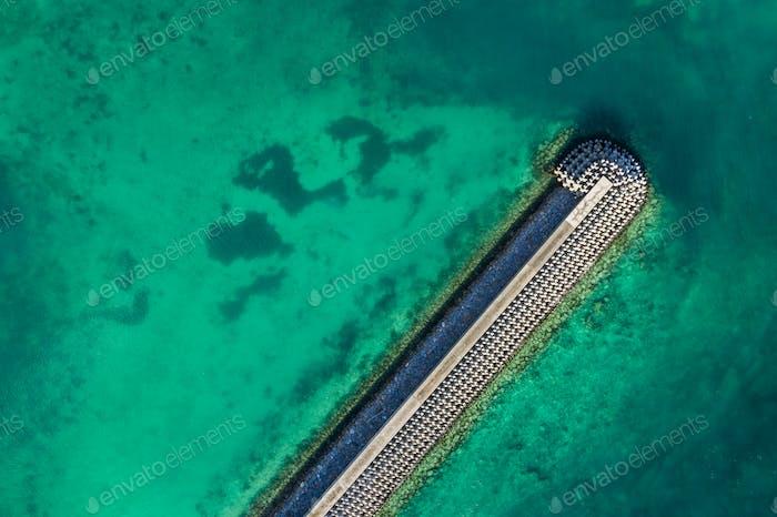 Drohne fliegen über Leuchthaus im Meer