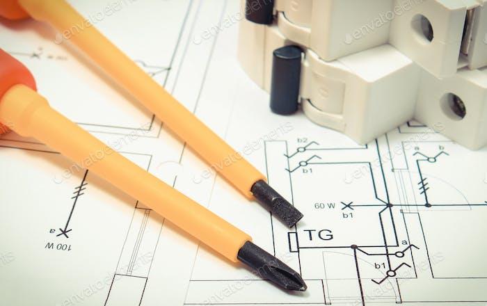 Tournevis avec fusible électrique sur le dessin de la construction de la maison
