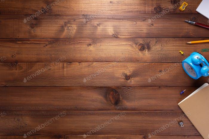 Schreibwaren oder Schulbedarf auf Holztisch