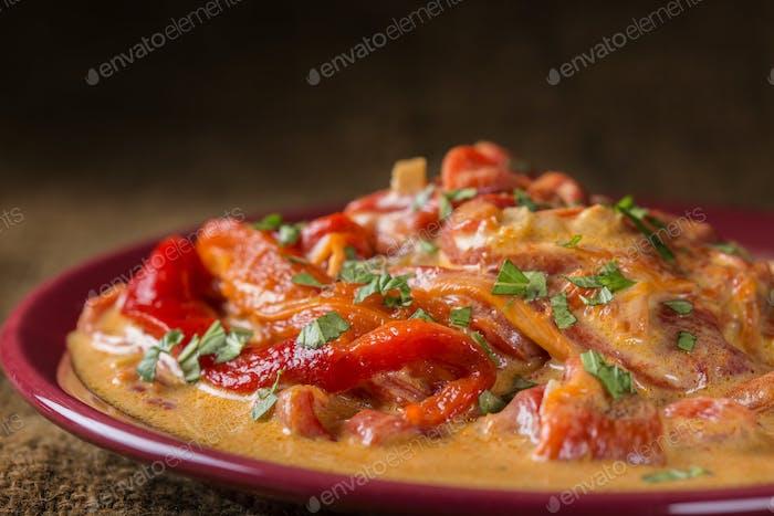 Eintopf aus roten Paprika mit saurer Sahne