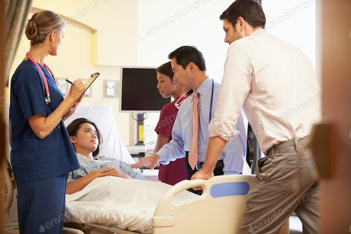 Medical Team Treffen um weibliche Patienten im Krankenhauszimmer