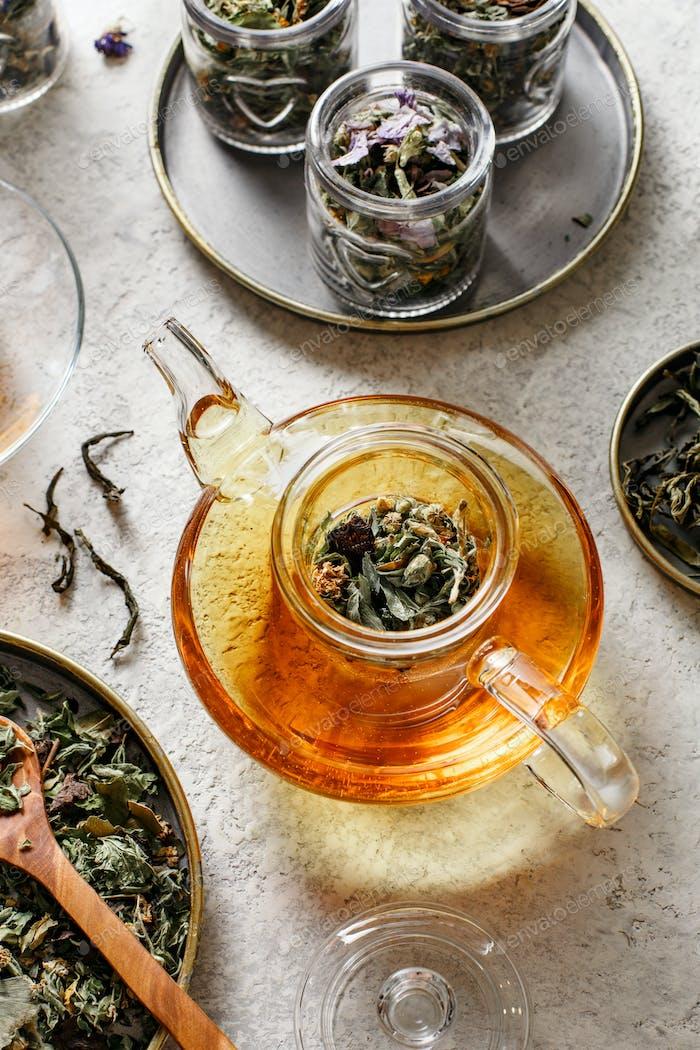Teekanne mit frischem Tee