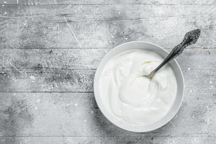Sour cream in bowl .