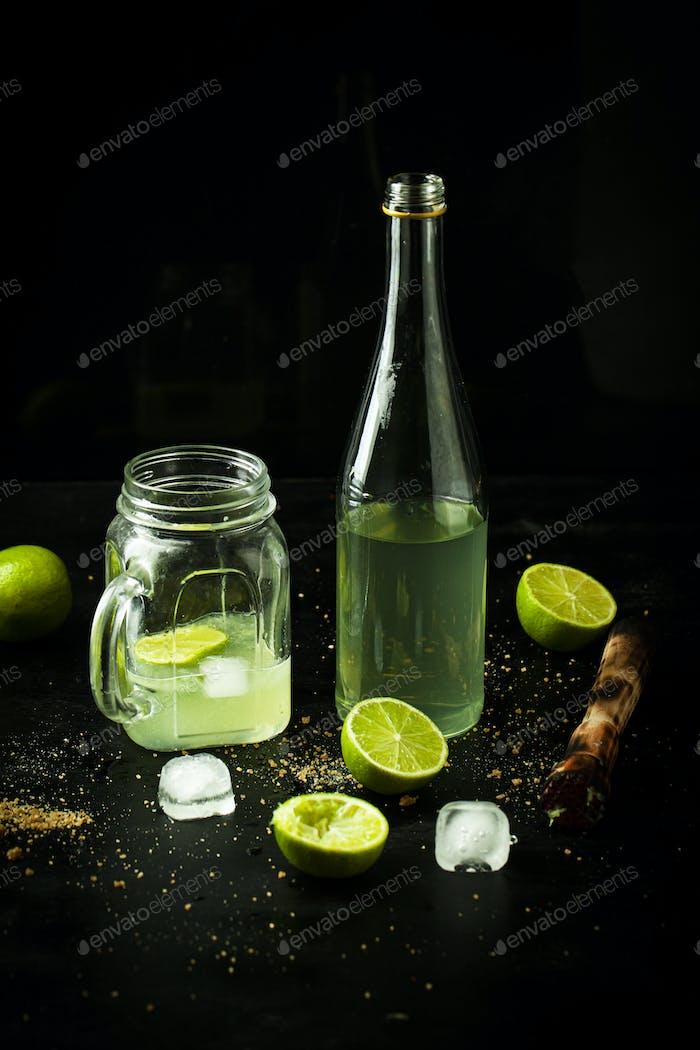 Eiskalte Limonade im Glas