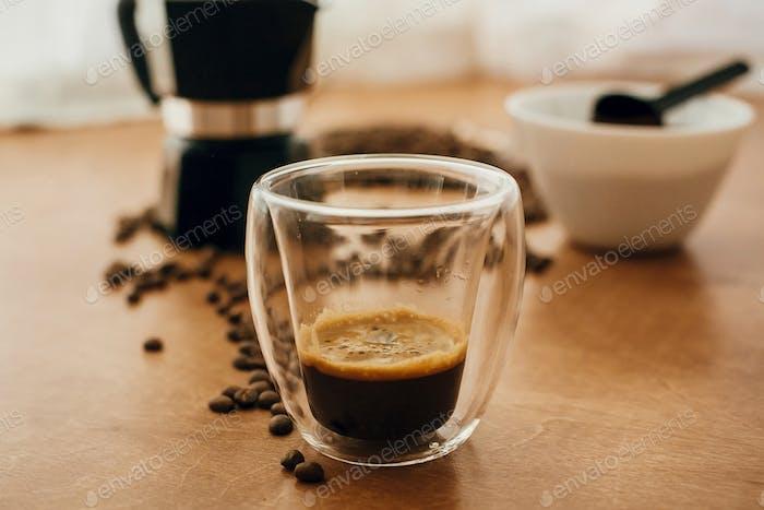 Heißer Espresso in Glasbecher