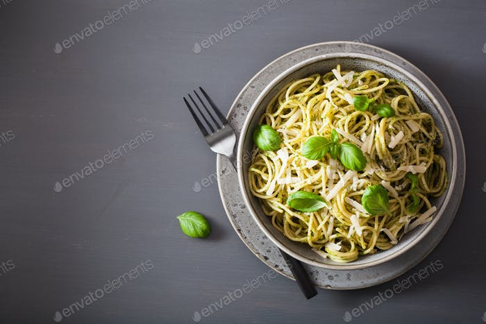 Spaghetti Pasta mit Avocado Basilikum Pesto Soße