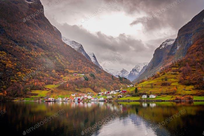 Kleine Häuser am Ufer eines Fjords