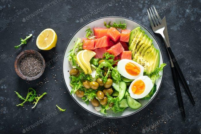 Ketogenic Paleo Diätschüssel mit gesalzenem Lachsfisch, Zitrone, Avocado, Oliven