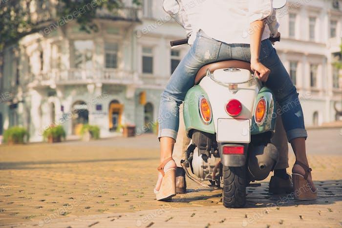 Rückansicht Porträt eines Rollers mit weiblichen Beinen