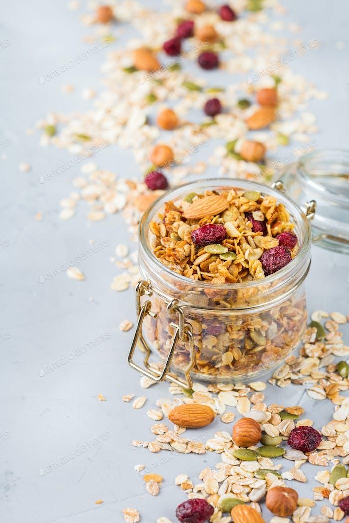 Hausgemachtes Müsli mit Zutaten, gesundes Essen zum Frühstück