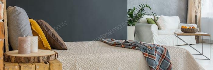 Белая кровать в номере