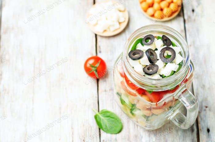 Pasta Kichererbsen Gurken Tomaten Spinat Ziegenkäse-Salat in einem