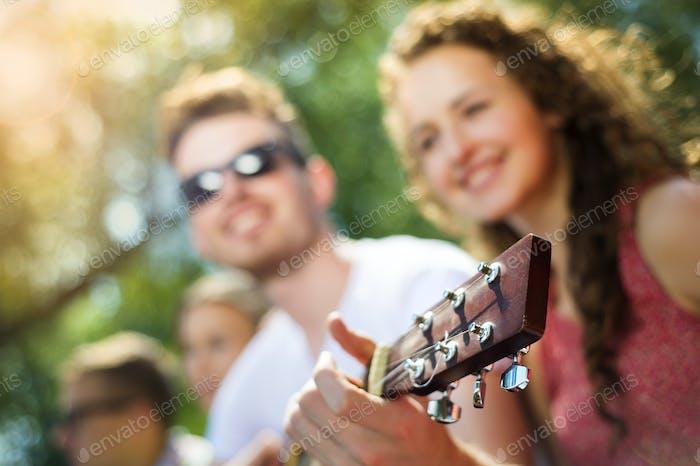 Freunde mit Spaß mit Gitarre
