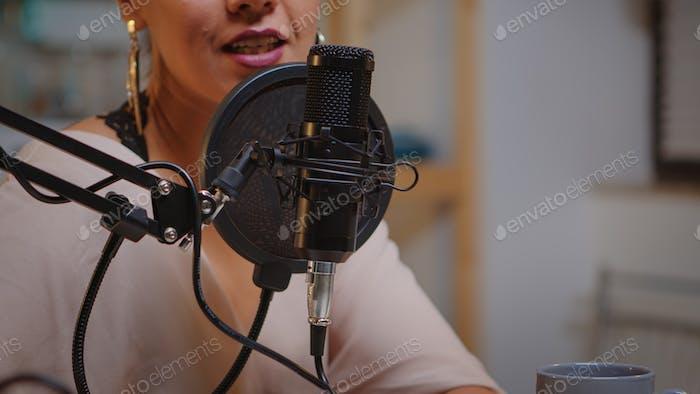 Nahaufnahme sprechen am Mikrofon