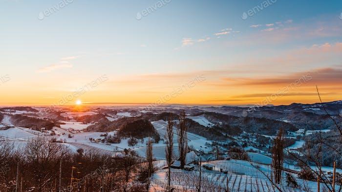 Paisaje de la salida del sol sobre los viñedos austriacos y la niebla en los valles de Eslovenia Austria