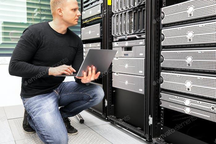 Berater mit Laptopüberwachungsservern im Rechenzentrum