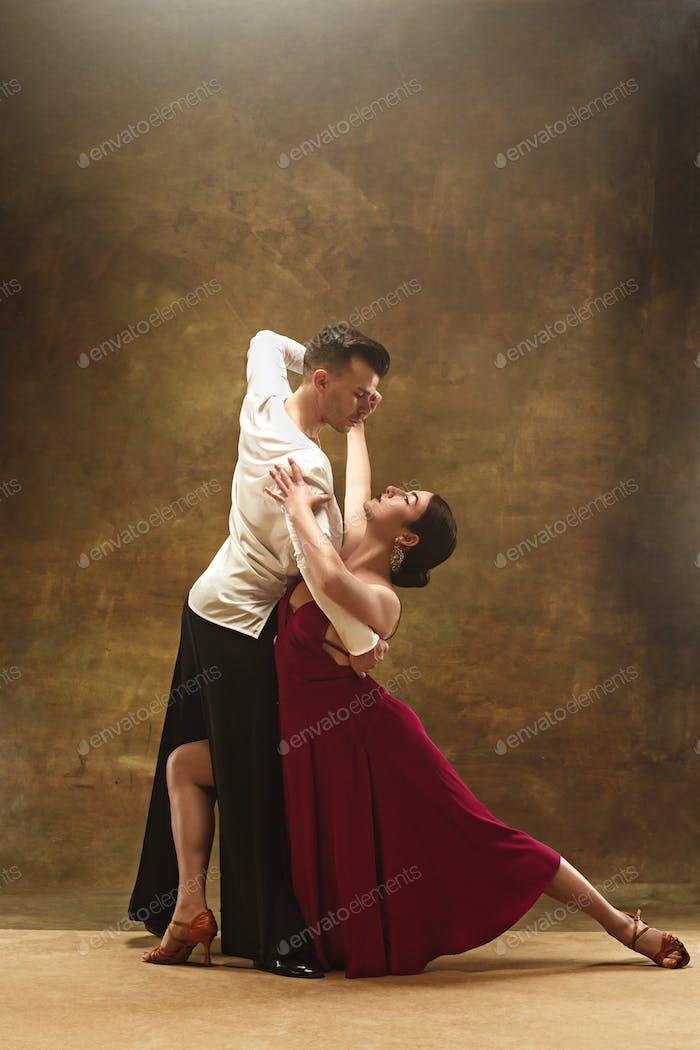 Tanz Ballsaal Paar in rotem Kleid tanzen auf Studio-Hintergrund.