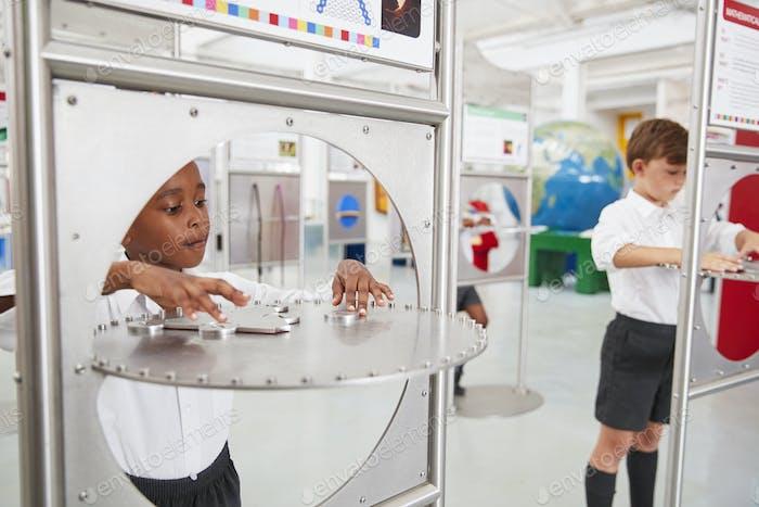 Niños de la escuela haciendo pruebas de Ciencia en un centro de ciencias
