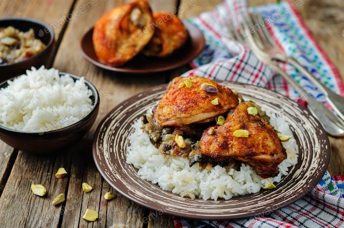 Marokkanisches gewürztes Huhn mit Datteln und Auberginen