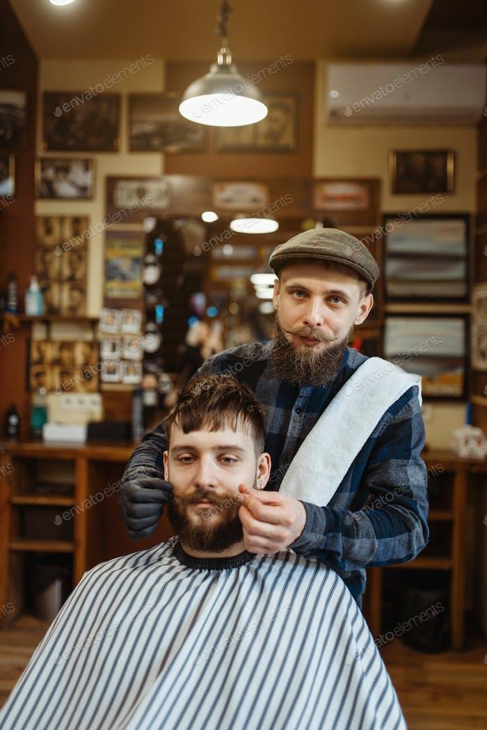 Парикмахерская и клиент с усами, парикмахерская