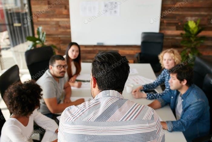 Mann erklärt Geschäftsplan an Kollegen
