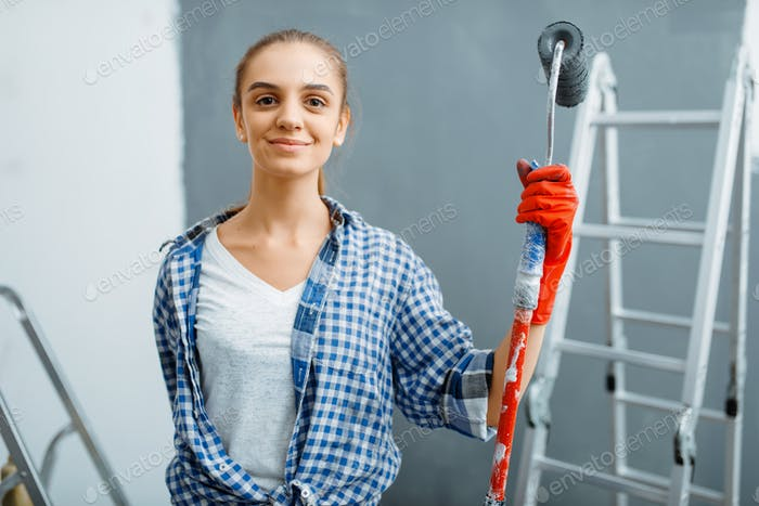Женский живописец, сидящий на лестнице