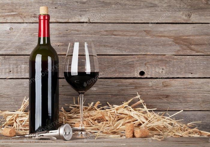 Rotweinflasche und Weinglas