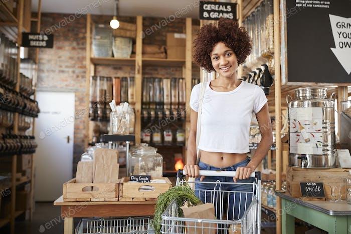 Porträt von Frau mit Einkaufswagen Kauf Frisches Gemüse in Kunststoff Free Lebensmittelgeschäft