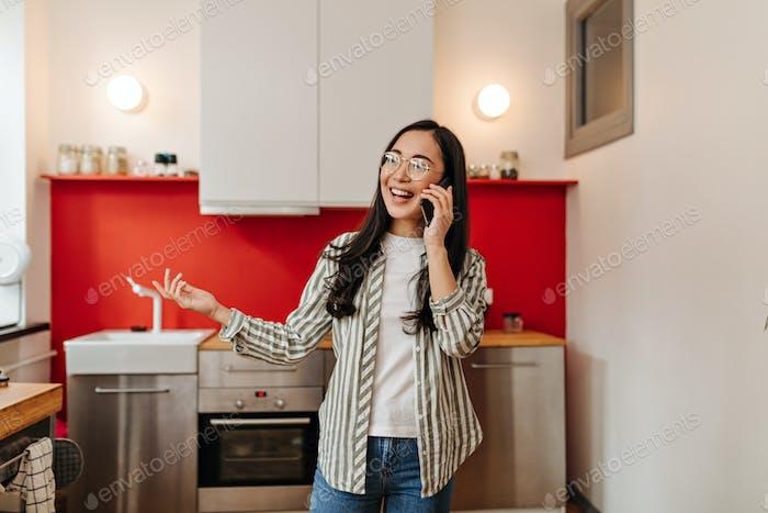 Wunderbares Mädchen emotional und glücklich telefoniert in der Küche