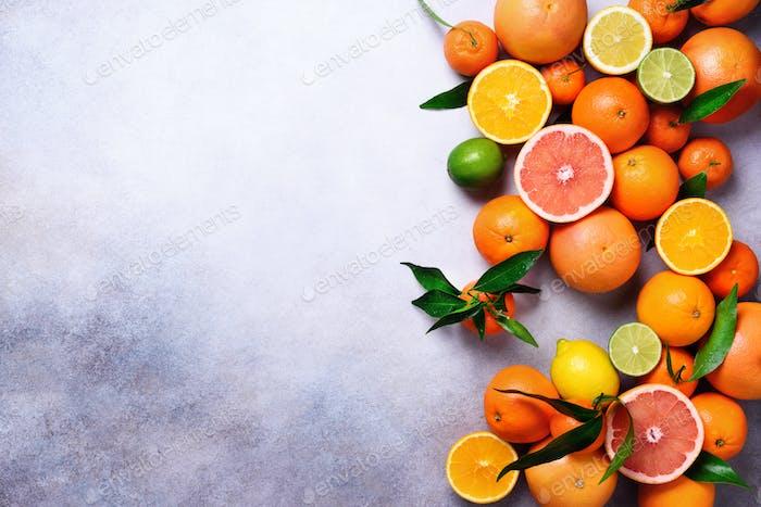 Zitrusfrüchte Hintergrund. Verschiedene frische Zitrusfrüchte mit Blättern. Orange, Grapefruit, Zitrone, Limette