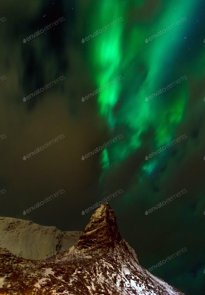 Aurora Borealis über verschneiten Inseln aus der Draufsicht der Lofoten